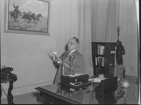 Presidente Getúlio Dornelles Vargas (1951-1954) no Estado do Rio de Janeiro: pronuncia discurso na Hora do Brasil, Palácio Rio Negro, Petrópolis, RJ.